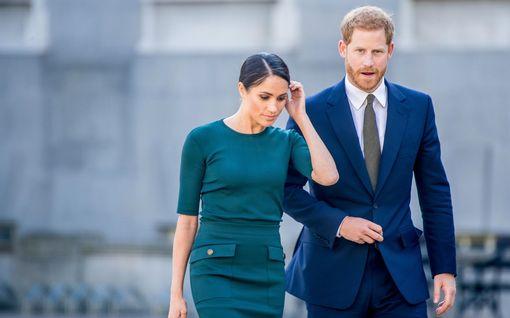 Uutuuskirja: kuninkaalliset olivat tyytyväisiä, ettei Meghan tullut prinssi Philipin hautajaisiin – asiantuntijoilta painavia väitteitä