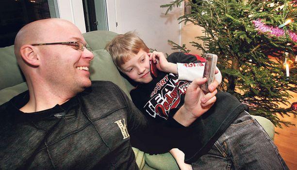 TESTAAJAT Jarno ja Joose Juuti kokeilivat yhdessä perheen äidin kanssa yhdeksää erilaista matkapuhelinmallia.