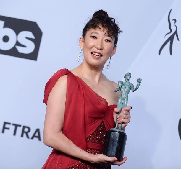 Sandra Oh palkittiin parhaana naisnäyttelijänä draamasarjassa.