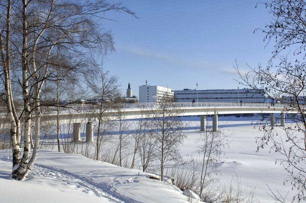 Menehtynyt isä asui Oulun kaupungin omistaman Oulun palvelusäätiön vuokra-asunnossa. Laanilassa sijaitsevassa palvelutalossa ja sen naapuritalossa on noin 70 yksiötä vanhuksille.