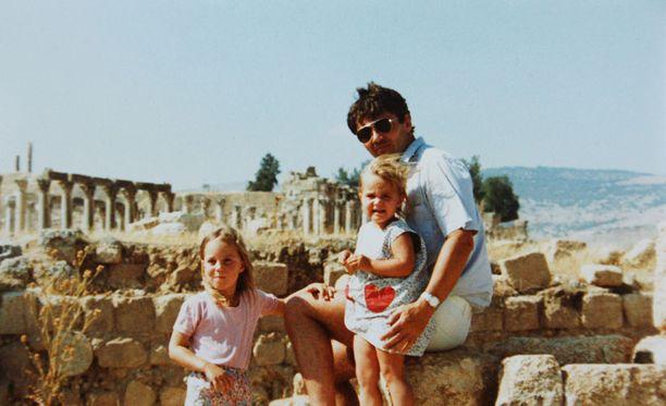 """Catherine """"Kate"""" Middleton syntyy 9. tammikuuta 1982 Readingissa, Englannissa. Kate kastetaan kesäkuun 20. päivänä samana vuonna Pyhän Andrew'n kirkossa Bradfieldissa. Kaksivuotiaana Kate perheineen muuttaa Ammaniin, Jordaniaan, Michael-isän työskennellessä lentoyhtiö British Airwaysilla. Middletonit palaavat Britanniaan 1986."""