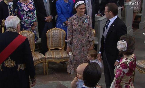 Victoria ja prinssi Daniel tulivat ristiäisiin Oscar-poikansa kanssa.