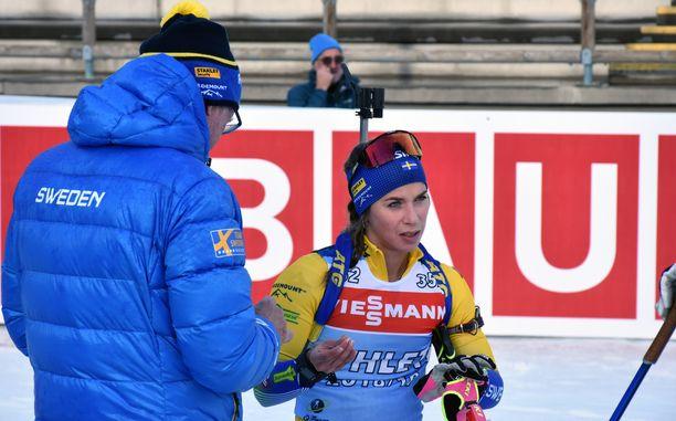 Wolfgang Pichler (vas.) laittoi suojattinsa sormeen laastarin treeneissä Pokljukassa.