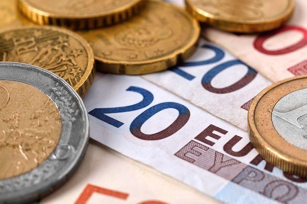 Kotitalousvähennys vähennetään ensisijaisesti ansio- ja pääomatulojen verosta. Sitä voi hakea heti, kun työ on tehty ja maksu siitä suoritettu.