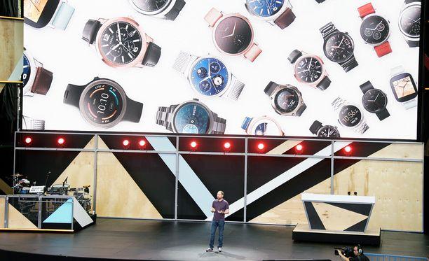 Googlen David Singleton puhumassa älykellojen Android Wear -käyttöjärjestelmästä Kaliforniassa. Kuvituskuva.