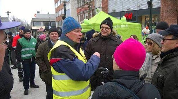 Markku Heikkilä laskee tarjonneensa pitkän kampanjansa aikana 14 000 grillimakkaraa.