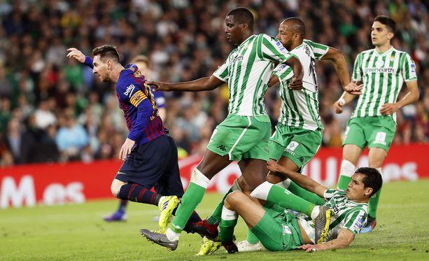 Tuttu näky Barcelonan otteluista. Kyydistä jääneet vastustajat joutuvat katsellaan seuraamaan, mitä Lionel Messi keksii. Kuvassa miehen menoa ihastelevat William Carvalho, Sidnei, Aisha Mandi ja Marc Bartra.