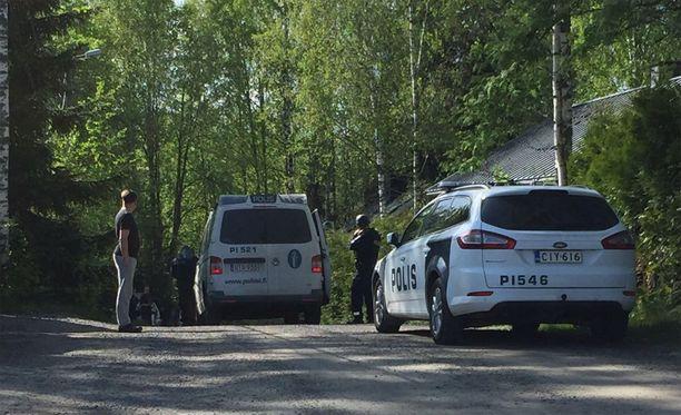 Tapahtumapaikalla oli poliiseja noin puoli tuntia ampumavälikohtauksen jälkeen.