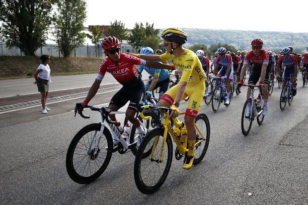 Keltaisessa liivissä oleva Tadej Pogacar voitti Ranskan ympäriajon. Nairo Quintanan (vasemmalla) ystäviä epäillään dopingista.
