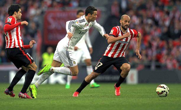 Cristiano Ronaldo jäi maaleitta Athleticin pelaajien puristuksessa.