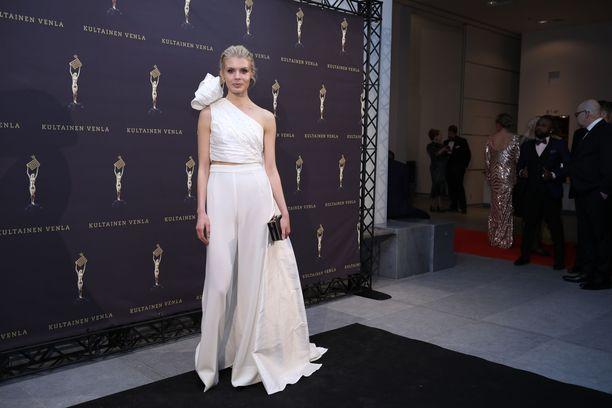 Näyttelijä Alina Tomnikovin valkoinen kaksiosainen asu oli yksi illan upeimmista.