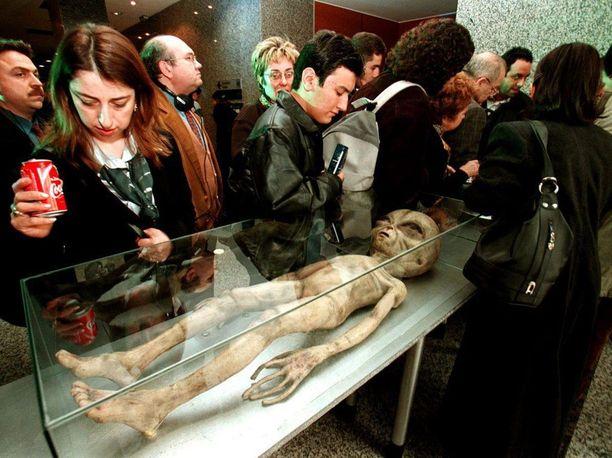 Ihmiset katselevat replikaa väitetystä alienista ensimmäisessä kansainvälisessä Ufo-symposiumissa Turkissa helmikuussa 1999.