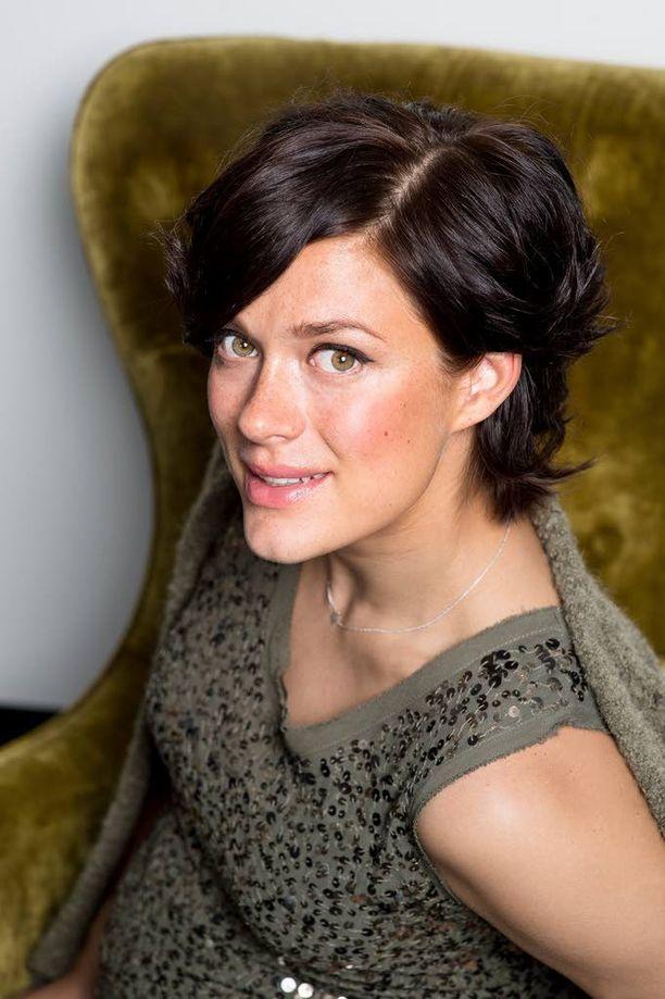 Näyttelijä Krista Kosonen on freelancerina tottunut juoksemaan kuvauksista toiseen. Kätilön kuvauksissa Liettuassa hän pystyi viettämään koko kuukauden.