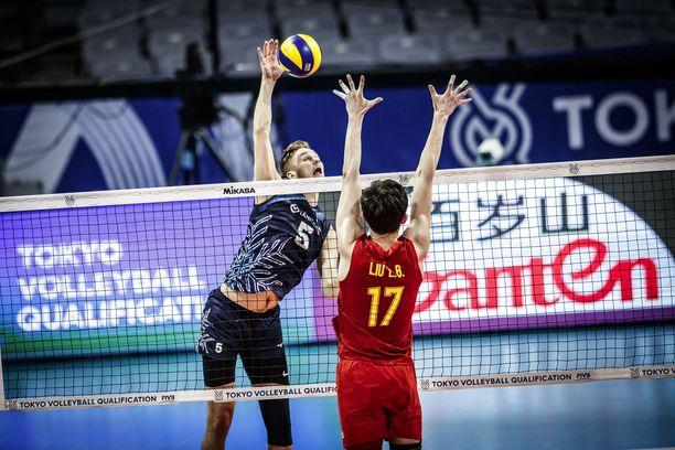 Peetu Mäkinen lukeutui perjantaina Suomen onnistujiin. Tässä hän yrittää peitota Kiinan Liun.