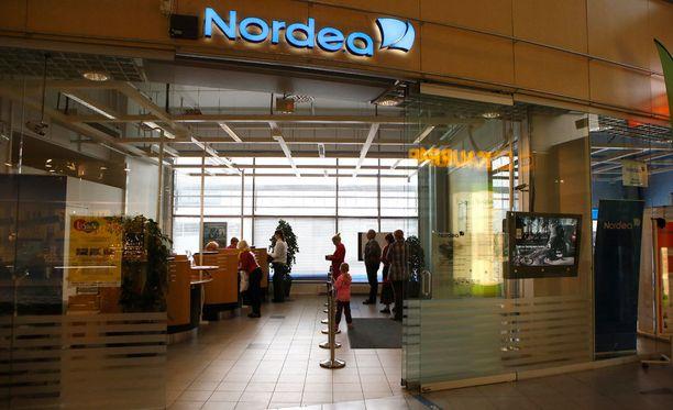 Nordea kehottaa asiakkaita nostamaan tarpeeksi käteistä etukäteen sekä hoitamaan päivittäiset pankkiasiat ennen katkoa.