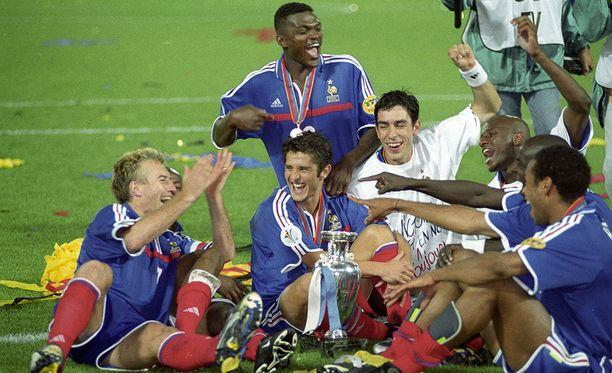 Kesällä 2000 nykyinen Ranskan päävalmentaja Didier Deschamps (vas.) juhli yhdessä Belgian kakkosvalmentajan Thierry Henryn (oik.) kanssa EM-kultaa.