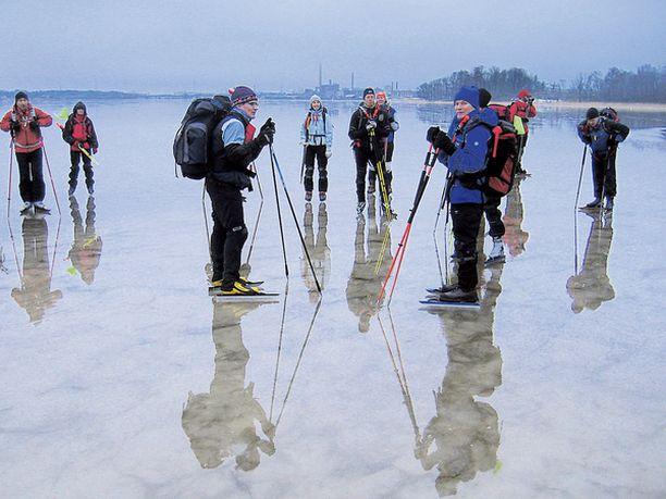 EI IKINÄ YKSIN Koska jää on aina arvaamaton, retkiluistelijat liikkuvat ryhmässä ja toisistaan huolta pitäen.