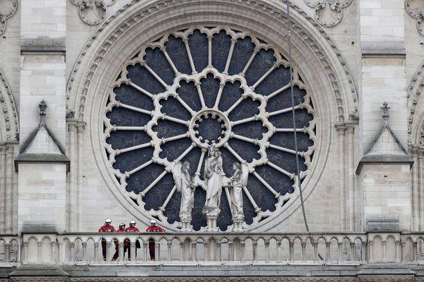 Katedraalin etuosan valtava ruusuikkuna, samoin kuin kaksi muuta ruusuikkunaa selvisivät.