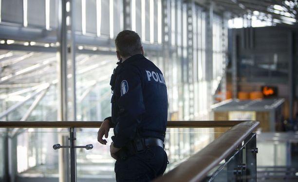 Helsinki-Vantaan lentokentällä partioivat poliisit kantavat ainakin pääsiäisen ajan konepistoolejaan näkyvästi esillä.