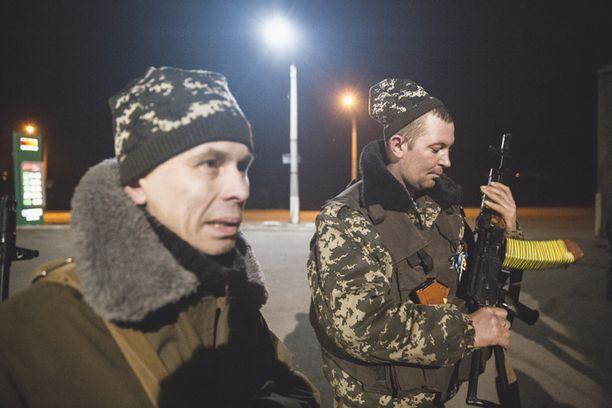 Komentaja Aleksander Kurkov ja Alexander Kovaljov kommentoivat tilannetta Iltalehdelle tiesululla parin kilometrin päässä Horlivkasta.