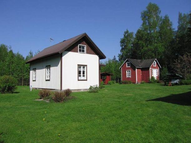 Alavudella on kaksi pikkutaloa kaupan. Toinen on varsinainen päärakennus, toinen makuutiloina käytetty rakennus. Talot ovat vuodelta 1929 ja tilalla on sähkö- ja vesiliittymät.