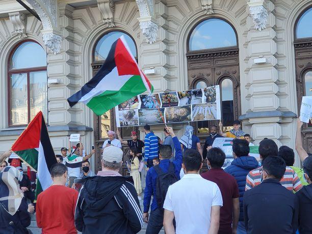 Raatihuoneen edustalle kokoontui reilut parisataa mielenosoittajaa.