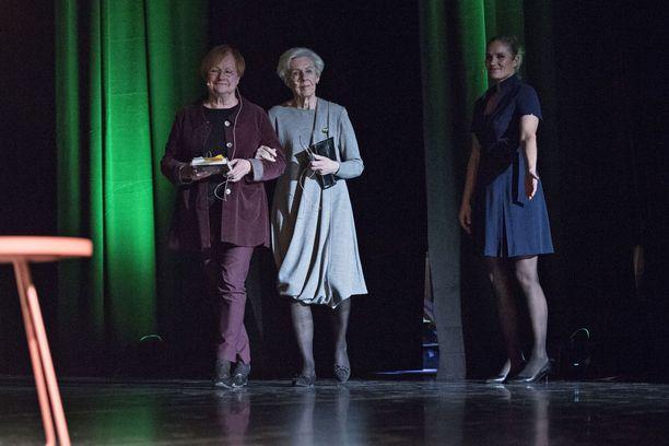 Presidentti Tarja Halosen ja rouva Tellervo Koiviston keskustelutuokio veti Savoy-teatterin salin täyteen keskiviikkoiltana.