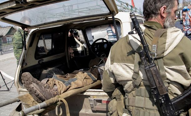 """""""Rahti 200"""" toi väitetysti yli 200 kuollutta venäläissotilasta Ukrainasta. Kuvassa haavoittunut separatisti Donetskin lentokentän lähistöllä huhtikuussa."""