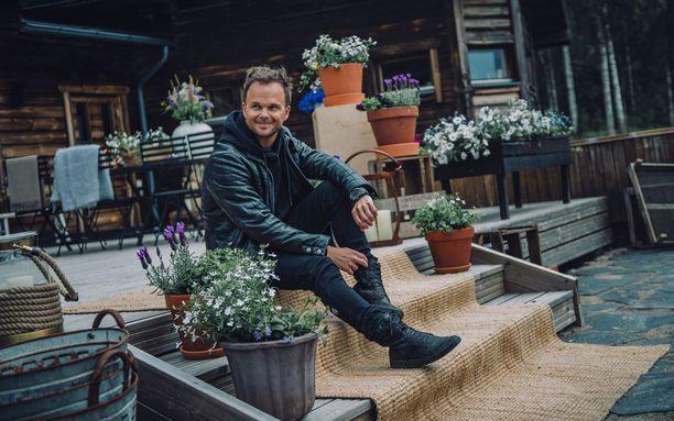 Lauri Ylösen innostus musiikkiin alkoi 5-vuotiaana pianotunneilta. Hän soitti eri instrumentteja ennen lauluun siirtymistä.