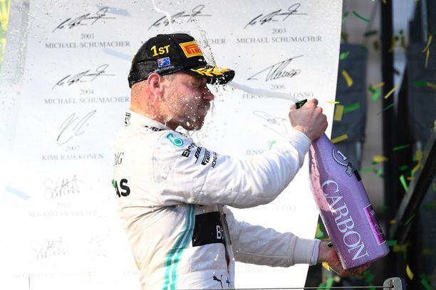 Mercedeksellä jatkava Valtteri Bottas juhli voittoa kauden avausosakilpailussa Melbournessa.