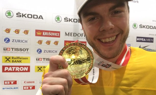 Magnus Pääjärvi esitteli ylpeänä kultamitaliaan.