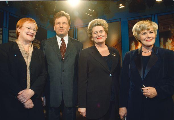Halonen suhtautuu vakaumuksella tasa-arvoasioihin. Presidentinvaaleissa 2000 enemmistö ehdokkaista oli naisia. Kuvassa neljän kärki Halonen, Esko Aho (kesk), Riitta Uosukainen (kok) ja Elisabeth Rehn (rkp).