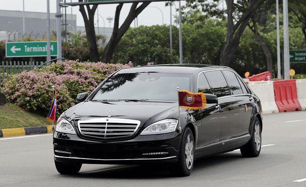 Kimin uskotaan olevan tämän Mersun kyydissä matkalla lentokentältä Singaporen keskustaan.