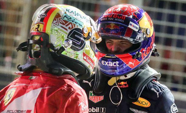 Max Verstappen ja Sebastian Vettel keskustelivat yhteenotostaan Kiinan GP:n jälkeen varikolla. Arkistokuva viime kauden Singaporen osakilpailusta.