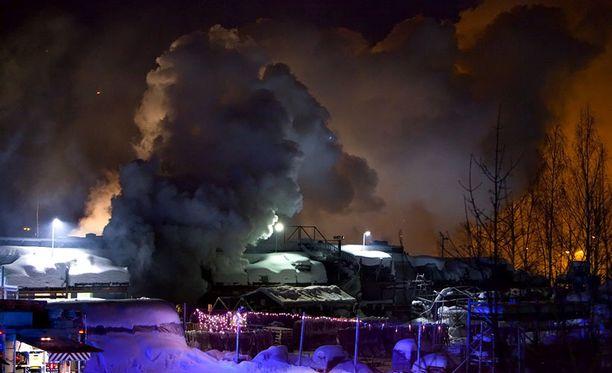 Palosta aiheutuu sankkaa savua lähiympäristöön.