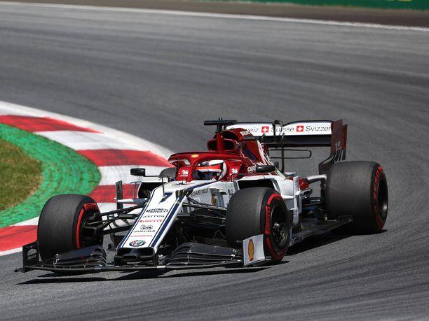 Kimi Räikkönen lähetti jämäkät terveiset Lewis Hamiltonille aika-ajojen ensimmäisessä osiossa, kun britti oli hidastanut hänen menoaan.