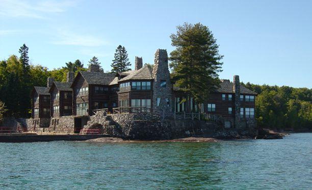 Talo on hienolla paikalla järven rannalla.