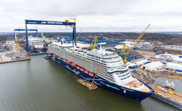 Tänään Turusta lähtevä laiva kastetaan Hampurissa 11.5.2018. Ensimmäiset matkustajat nousevat laivaan pian tämän jälkeen.