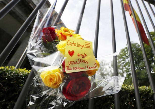 Espanjan Berliinin suurlähetystölle jätettiin kukkia uhrien muistoksi.