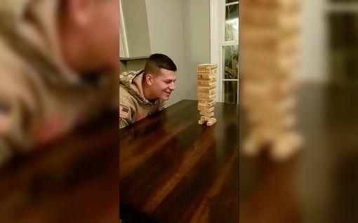 Yhdysvaltalaissotilas tekee mahdottomasta mahdollista fysiikan lakeja uhmaavalla Jenga-tempullaan