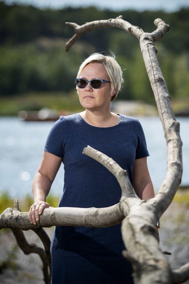Suomen kielen opettaja Laura Tikkasen mielestä maahanmuuttajanaiset tarvitsevat tietoa omista oikeuksistaan. Monelle tulee yllätyksenä esimerkiksi se, ettei Suomen lain mukaan omaa vaimoa saa pakottaa seksiin.