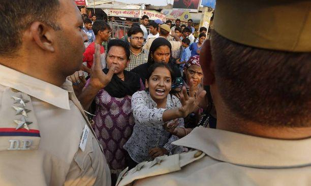 Naiset huusivat poliisille lähellä taloa, jossa 2,5 vuotias tyttö raiskattiin Intian Delhissä. Kaksi miestä sieppasi lapsen, joka löytyi myöhemmin tajuttomana ja vertavuotavana puistosta. Arkistokuva lokakuulta 2015.
