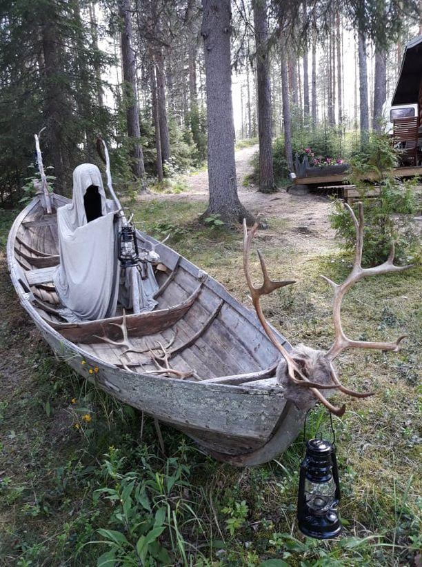 Manalan lautturi veneessään.