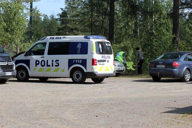Paikalla Kontiolahdella Lehmossa on silminnäkijän mukaan sekä poliiseja että vapaaehtoisia.