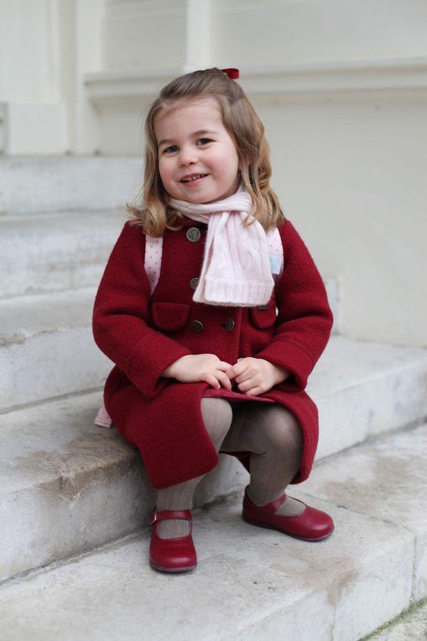 Vaaleanpunainen reppu viimeistelee tyylikkään leikkikoululaisen asun.