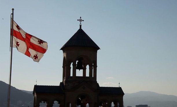 Georgian lippu liehui kirkon edustalla.