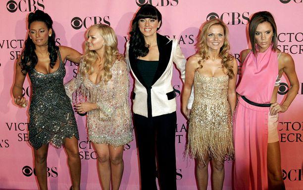 Kuvassa kaikki yhtyeen viisi jäsentä vuonna 2007.