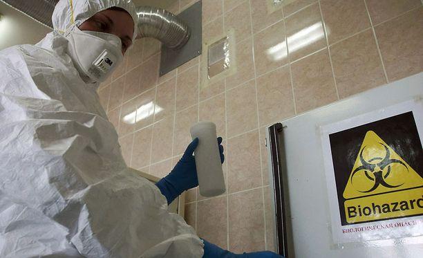 Osa asiantuntijoista pelkää, että supervirus voi karata laboratoriosta tai päätyä terroristien käsiin.