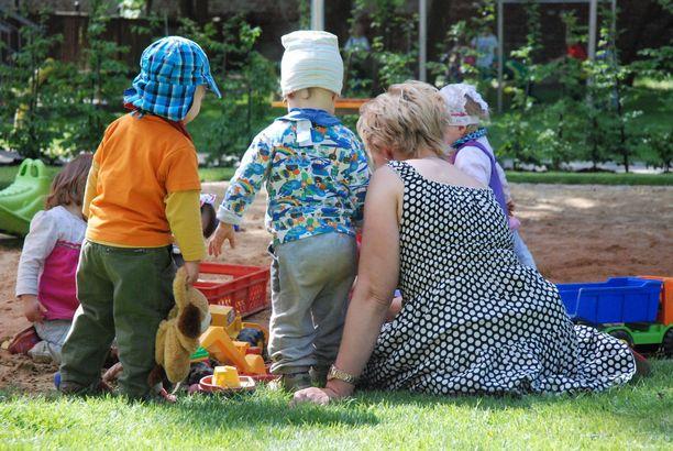 Perhepäivähoitaja kiisti syytteen ja muistutti, että hänellä oli ollut hoidossaan myös kolme muuta lasta. Kuvituskuva.