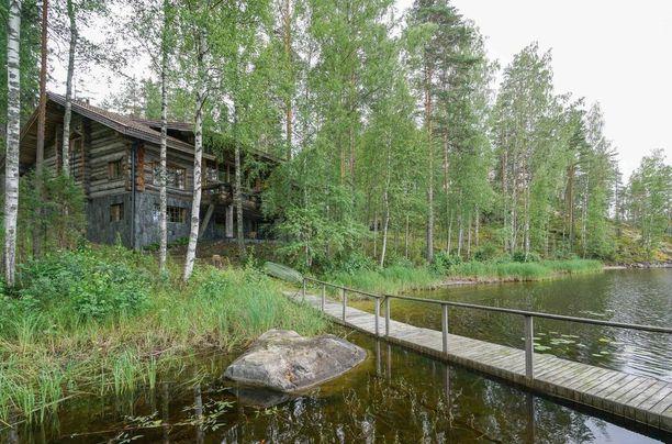 Lomakiinteistö sijaitsee Saimaan rannalla.